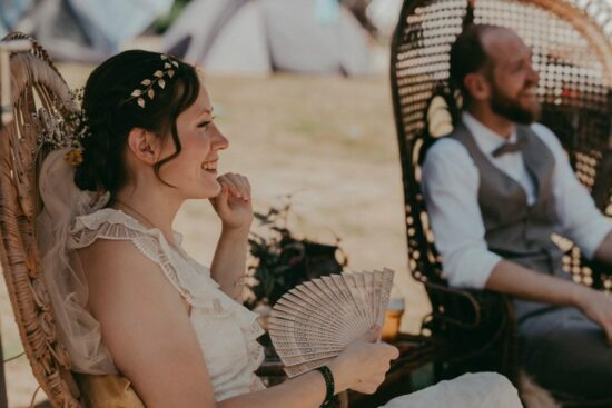 Festivalwedding met eigen polsbandjes